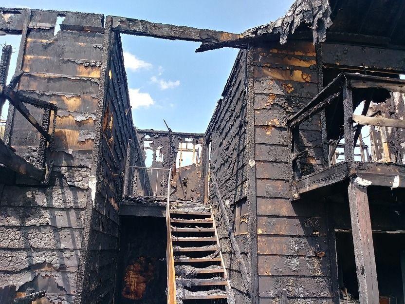 Familias hispanas lo pierden todo en voraz incendio en Corner Park Apartments