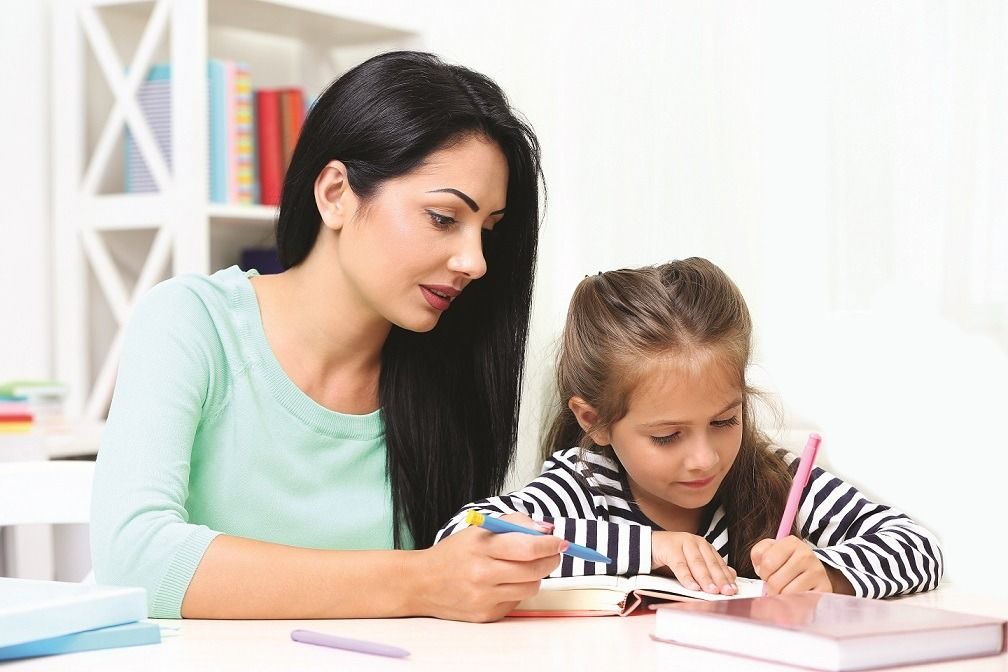 ¿Debemos ayudar a los hijos con las tareas escolares?