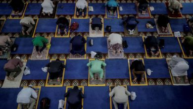 Photo of Singapore's Muslims return to pray as mosques partially reopen