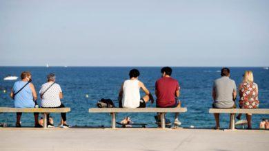 Photo of Barcelona beachgoers restricted as Spain cases concern European neighbors