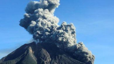 Photo of Volcano erupts with 1,000-meter tall column of ash in Indonesia