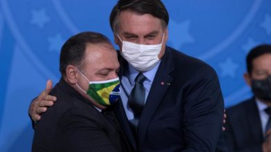 Photo of Bolsonaro swears in Brazil's new health minister, defends use of chloroquine
