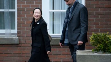 Photo of Huawei CFO's attorneys question agent who detained her