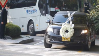 Photo of Family bids farewell to late Samsung chief in private ceremony